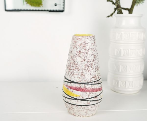 Eine schöne Vintage Vase aus den 60er Jahren mit Wolkendekor und grafischem Design für das Zuhause im angesagten Vintage Look.