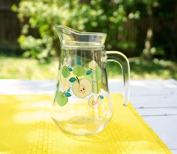 Schöner Glaskrug mit Apfeldesign für deinen schön gedeckten Tisch im Sommer.