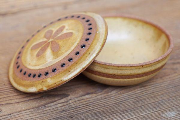 Keramikschale mit Deckel und hübscher Ethno Verzierung als Deko