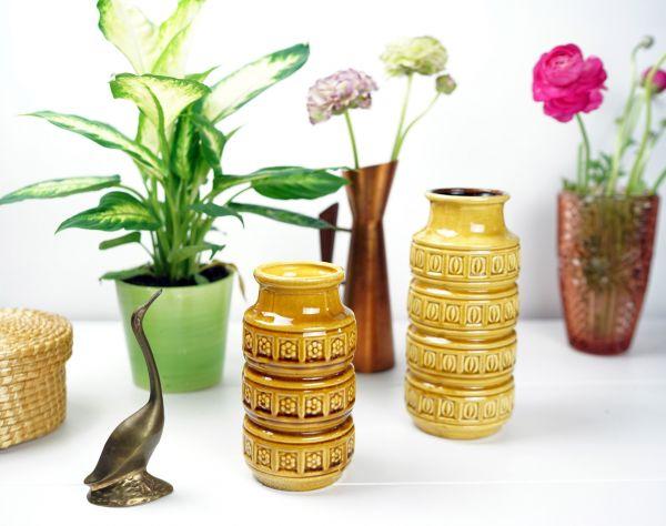 Vintagevase von Scheurich aus den 60er Jahren in Ockergelb mit Blumenrelief für das Zuhause im Ethno Look