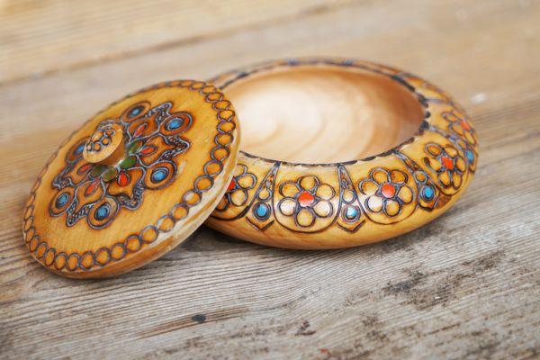 Holzschale mit bunter Brandmalerei als Deko für deinen schön gedeckten Tisch