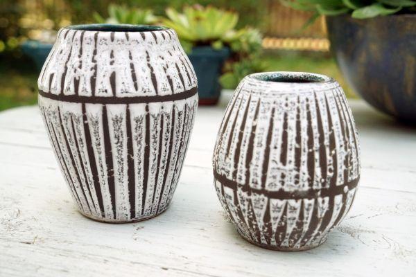 Kleine Vase im Ethno Look mit weißer Fat Lava Glasur