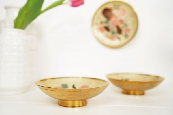 Messingdose mit Blumendekor im Vintage Look als Dekoration für dein Zuhause