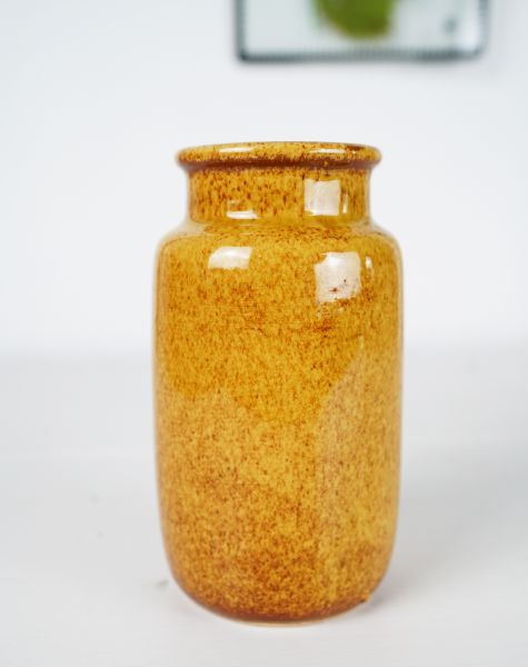 Glänzende, karamellfarbene Vase passend zum angesagten Ethno Style