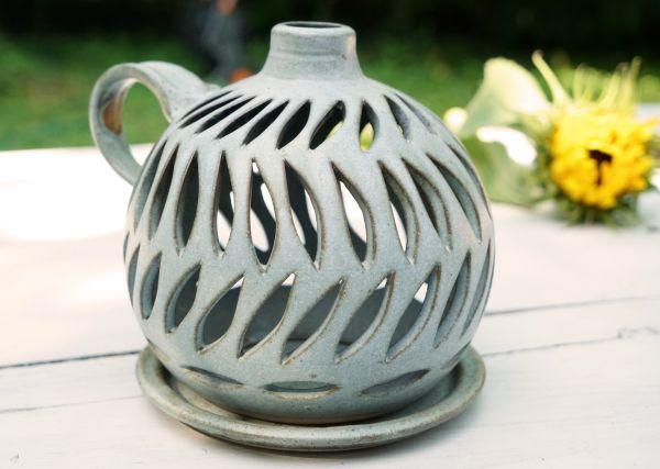 Getöpfertes, keramik Windlicht mit schöner Musterung für schönen Lichtschein im gemütlichen Zuhause