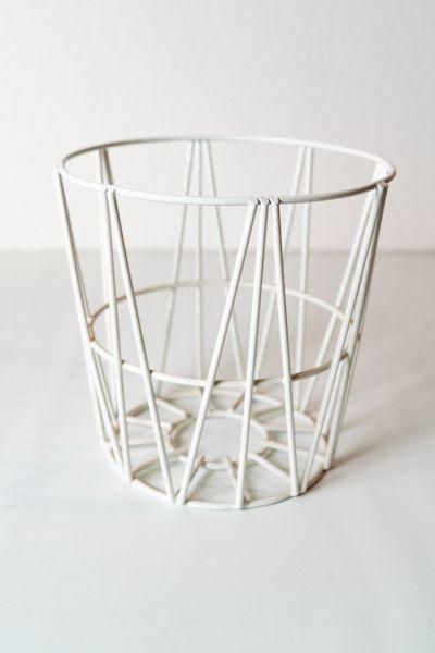 Metallkorb in Weiß als Aufbewahrung im skandinavischen Stil als Deko