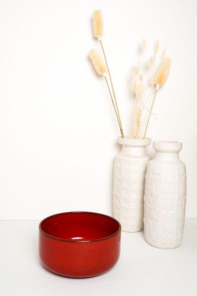 Keramikschale aus Roter Keramik als Deko für deinen gedeckten Tisch im Vintage Stil